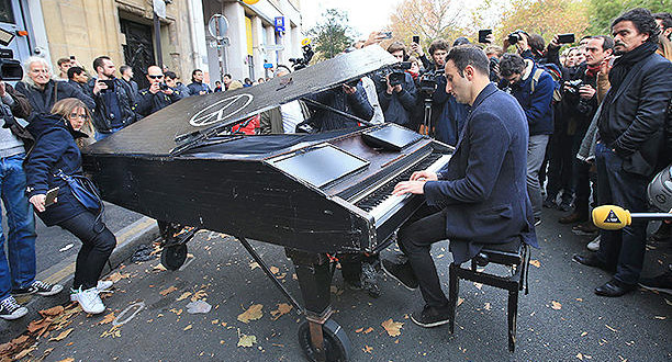 http://www.be-a-woman.com/atualidades/momento-emocionante-pianista-toca-imagine-em-paris-apos-tragedia/